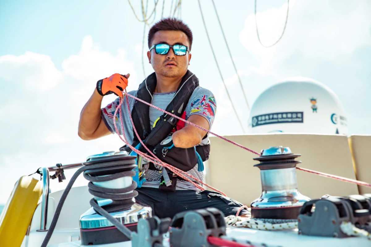 Jingkun Xu: o velejador sem uma mão que deu a volta ao mundo em catamarã